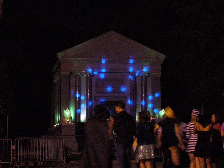 English: Stanford Mausoleum during the annual Halloween Party at Stanford University (Photo credit: Wikipedia)